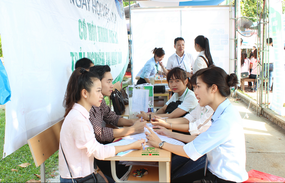 1.200 Fourth year students of Hue University of Agriculture and Forestry (HUAF) took part in Job Fair 2016